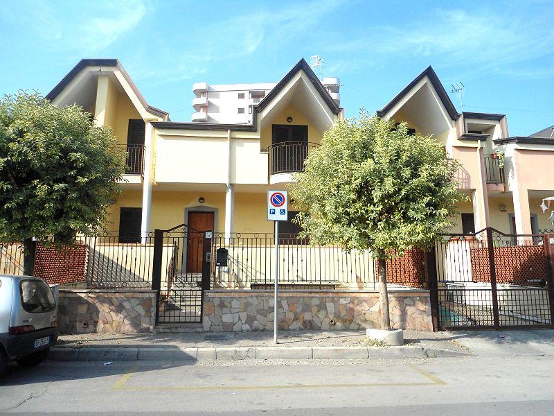 Villetta a schiera in affitto quattro vani acerra zona for Affitto uffici zona eur
